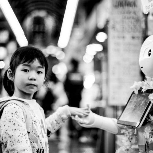 Mädchen mit Roboter schwarz weiss